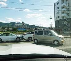 目の前で交通事故