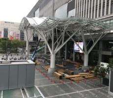 博多駅前広場の資材。