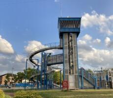 管制塔の様な滑り台